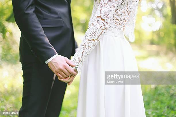 Marié tenant la mariée
