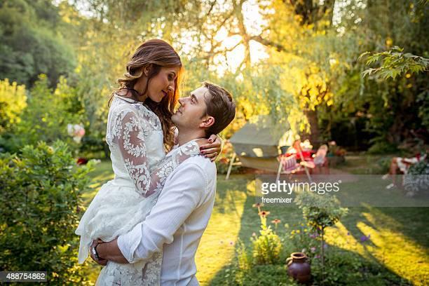 Noivo segura a noiva