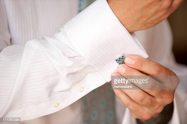 Bräutigam, Binden seine Manschettenknöpfe