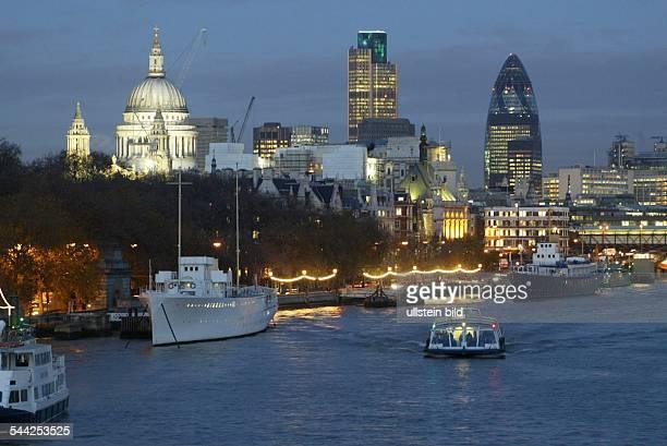 Grossbritannien London Blick über die Themse auf St Paul's Cathedral National Westminster Tower und Swiss Re Building