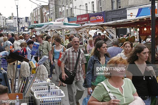 Grossbritannien London Kensington and Chelsea Passanten auf dem Portobello Road Market