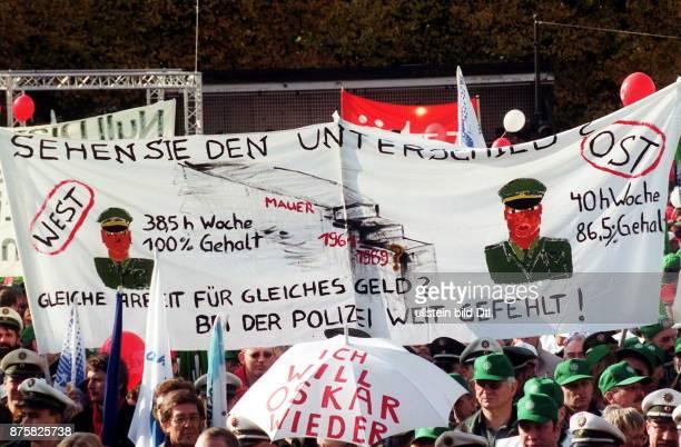 Grossdemonstration der Gewerkschaften DBB DGB und Postgewerkschaft gegen die Lohnpolitik der Regierung im öffentlichen Transparent 'Sehen Sie den...