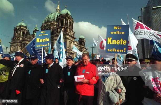 Grossdemonstration der Gewerkschaften DBB DGB und Postgewerkschaft gegen die Lohnpolitik der Regierung im öffentlichen Demonstranten des Deutschen...