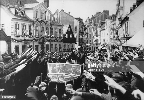 Grosskundgebung und Festsitzung derSudetendeutschen Partei in Asch KonradHenlein imWagen auf der Fahrt durch die Stadt vorjubelnder Bevölkerung