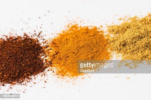 Terreno especiarias chili pó Açafrão da índia em fundo branco de coentro : Foto de stock