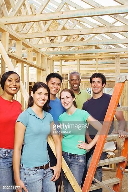 Groupe à la maison de construction Projet de service à la communauté, portrait