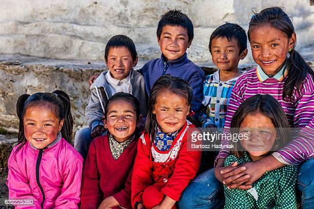 Gruppe glücklich Kinder in Mount Everest Region mit Sherpa-Futter