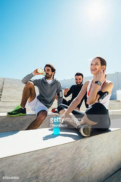 Amigos descansar y tomar una bebida energética de su formación