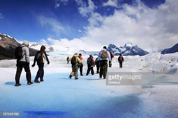 Gruppe von Wanderern am Perito Moreno-Gletscher, Patagonien, Argentinien