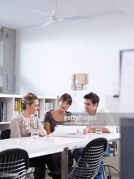 Réunion de groupe au bureau de l'architecte