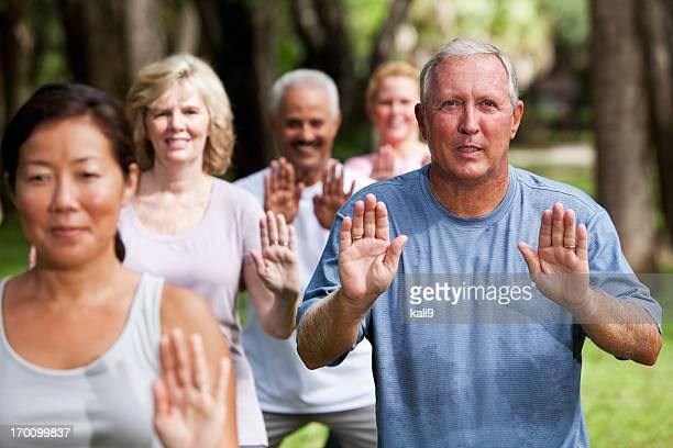 Gruppo di adulti esercizio nel parco