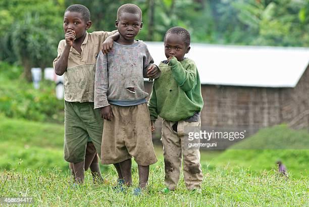 Groupe de garçons d'Afrique debout à côté de la route, le Nord-Kivu, Congo