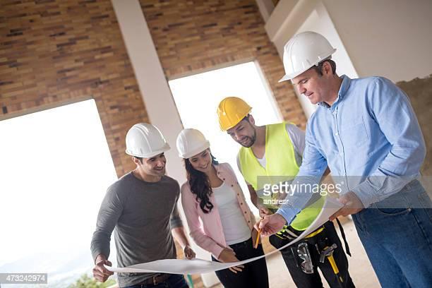 Gruppe von Architekten, die im Werkzeuge