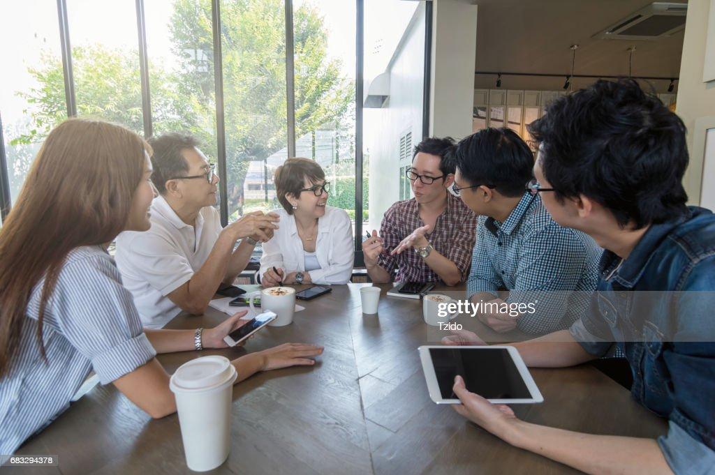 Démarrage groupe gens d affaires ont en réunion entre moderne et