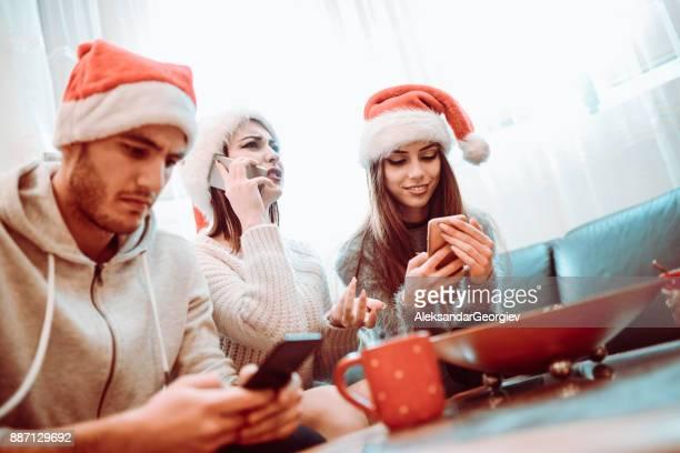 大晦日の夜に彼らのスマート フォンを使用して非社交的な友人のグループ