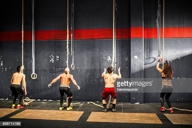 Athlète groupe de la corde d'escalade dans une salle de sport