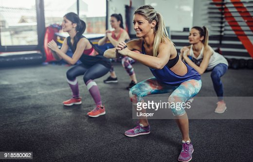 Group of athlete women exercising at the gym. Fitness women exercising at gym. : Foto de stock