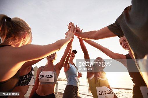 Grupo de atletas fiving después de carrera alta : Foto de stock