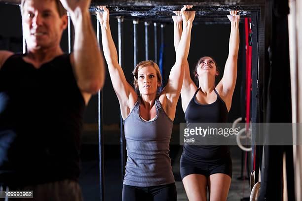 Gruppe von Athleten in Fitnessraum
