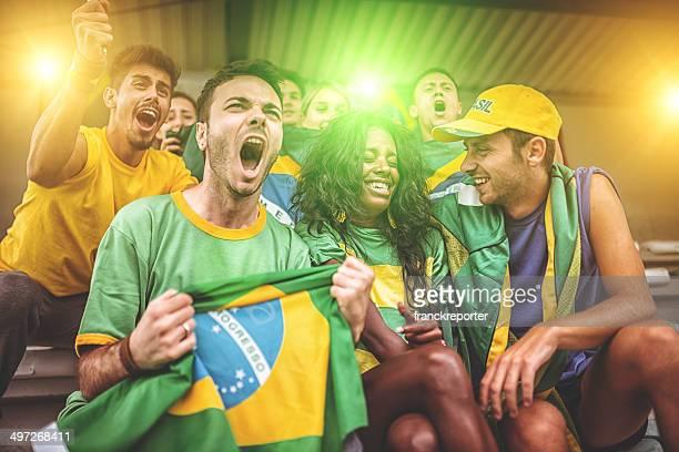 Grupo de seguidores en el estadio Brasil