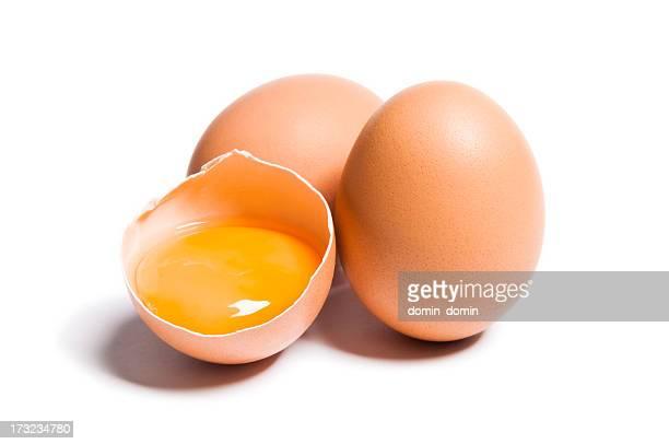 Gruppe von brown rohe Eier, ist defekt, isoliert weiß