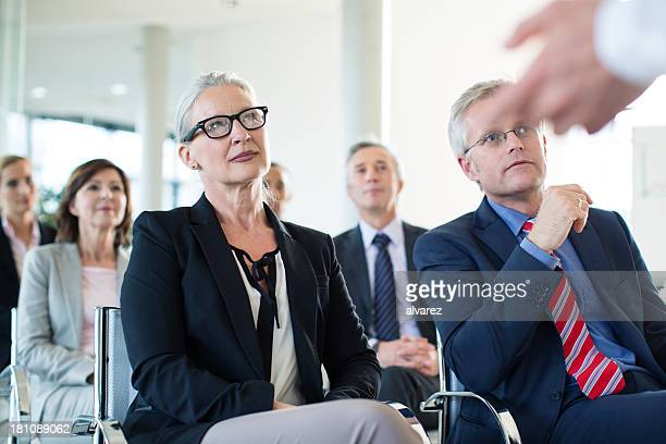 Gruppe von Geschäftsleuten in einer Präsentation