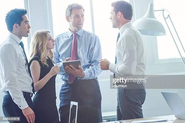 Groupe de hommes et femmes d'affaires session de brainstorming.