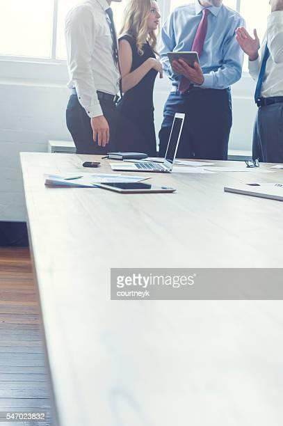 Eine Gruppe von Geschäftsleute brainstorming.