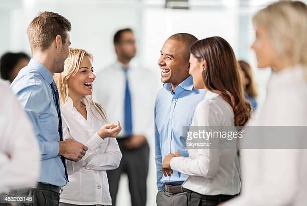 Groupe de gens d'affaires de parler.