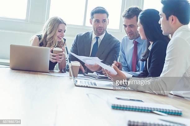 Groupe de gens d'affaires ayant une réunion.