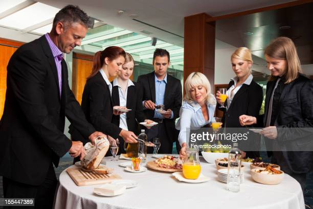 Gruppo di uomini d'affari avendo pranzo a Buffet