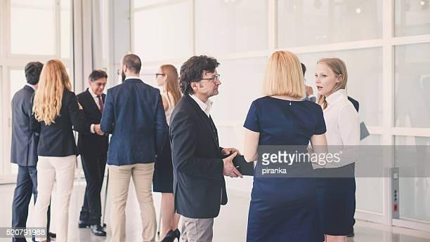 Groupe de gens d'affaires dans l'immeuble de bureaux