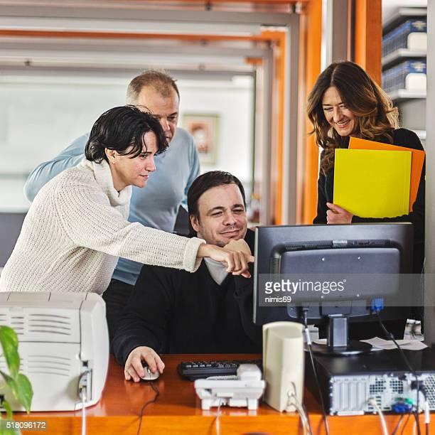 ビジネス人々のグループのミーティングをテーブル