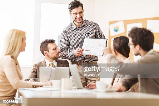 Groupe de gens d'affaires sur une réunion.