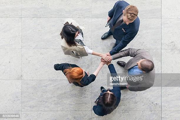 Gruppe von Geschäftsleuten beim Händeschütteln