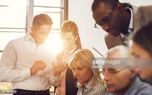 ビジネス人々のグループオフィスで働くます。