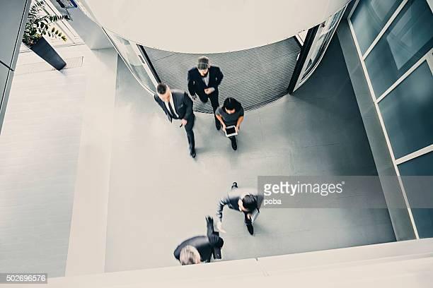 Grupo de empresarios ingresar en el lobby