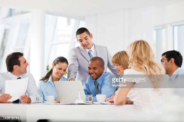 グループで会議中のビジネスマン。