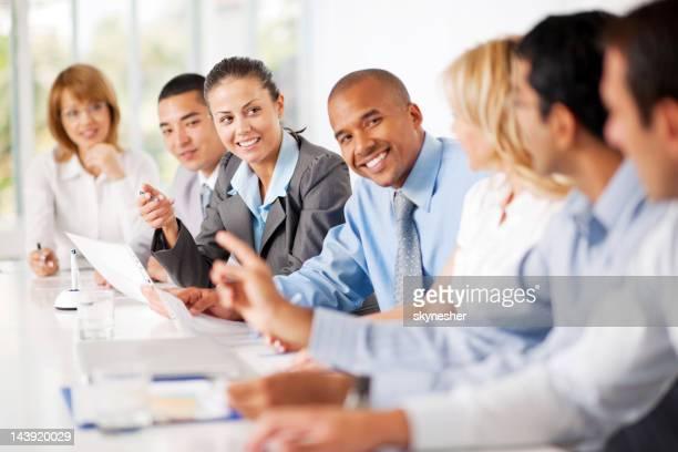 グループで会議中のビジネスマン