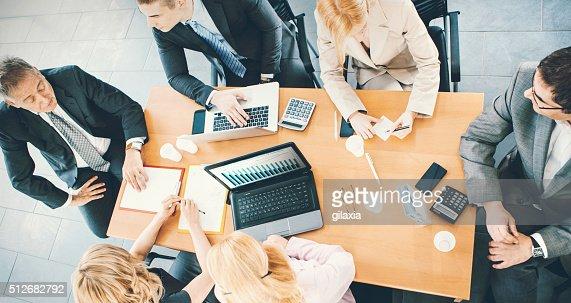 Groupe d'hommes d'affaires lors d'une réunion.