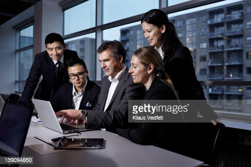 Group of businesspeople looking at laptop : Foto de stock
