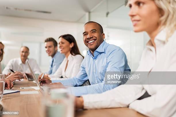 Gruppe von Geschäftsleuten in einer Besprechung im Büro.