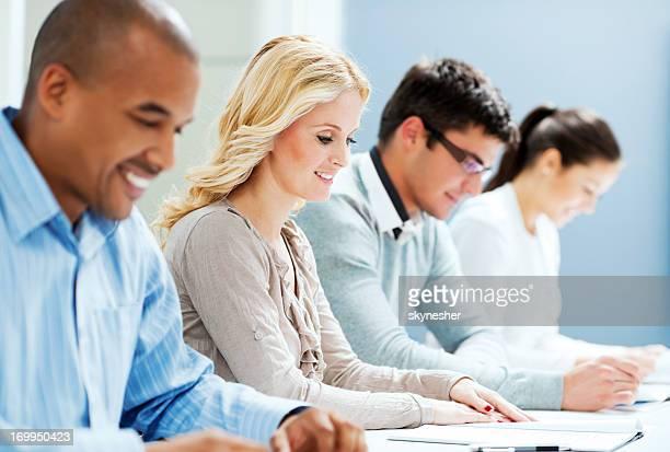 Groupe d'hommes d'affaires lire un document.