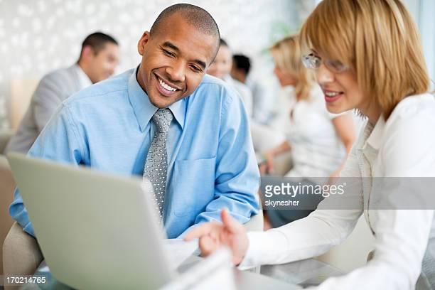 ビジネスマングループのシッティングエリアとが協力する