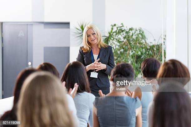 Gruppe von Geschäftsfrauen während seminar