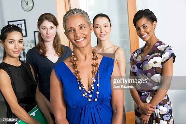 Grupo de businesswomen em um escritório a sorrir
