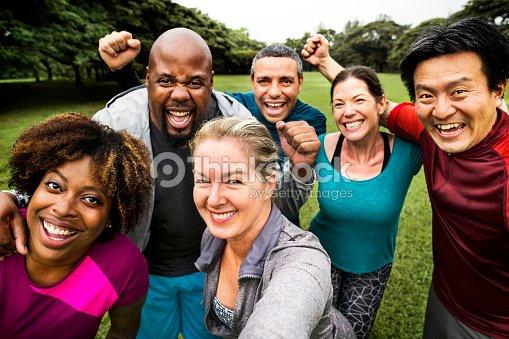 公園で陽気な多様な友人のグループ : ストックフォト