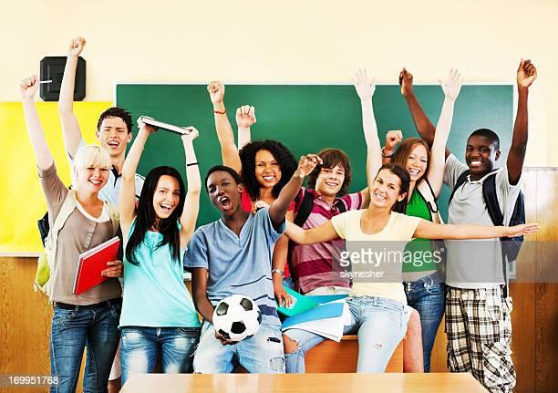 Groupe de joyeux étudiants à la recherche dans la caméra