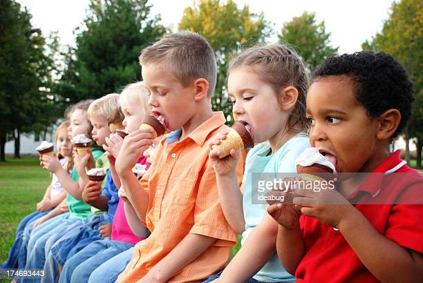 Groupe d'enfants manger des glaces à l'extérieur