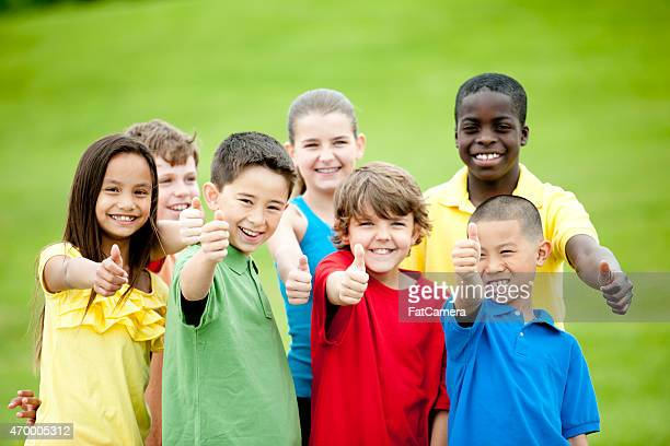 Gruppe von Kindern, die Daumen hoch